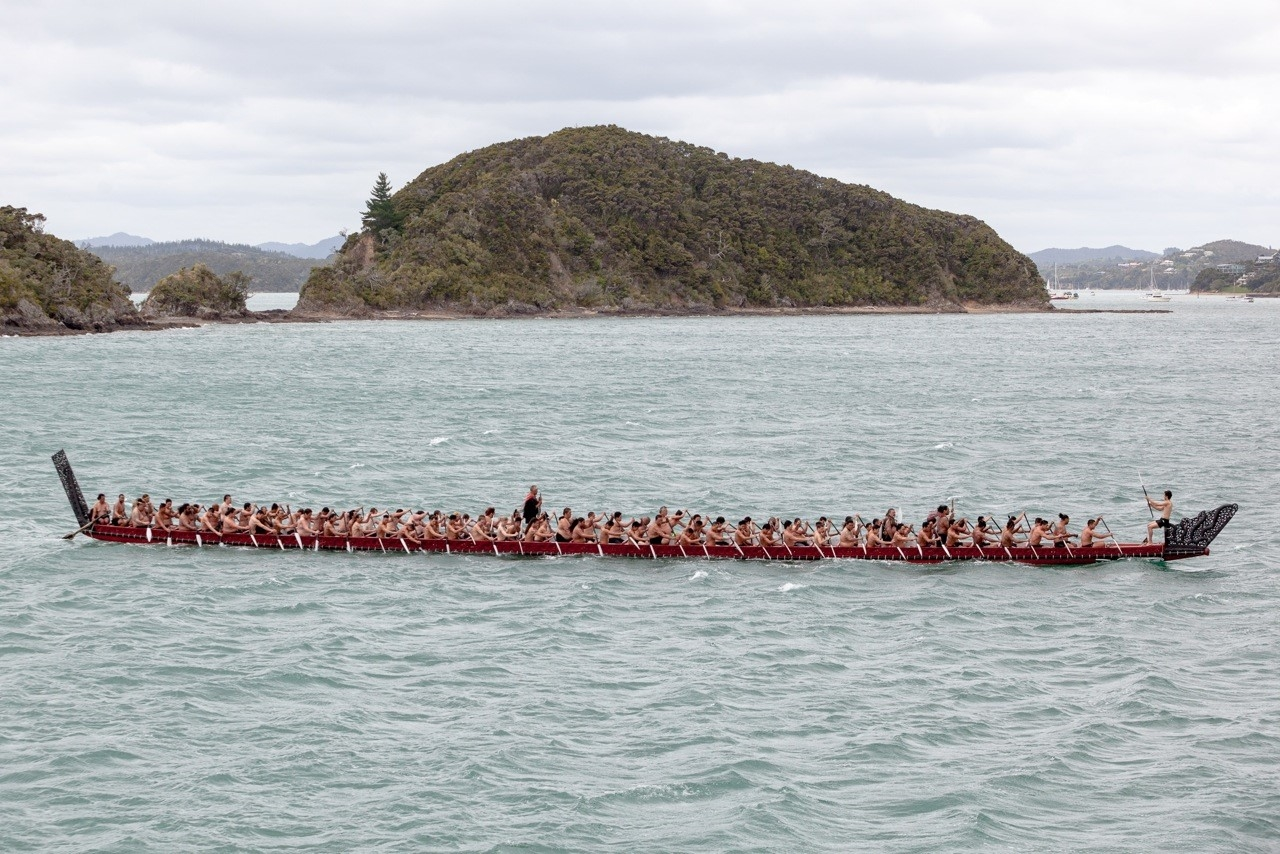 The ceremonial war canoe, Ngātokimatawhaorua, with its eighty paddlers, escorted Hikianalia and Hōkūle'a into Waitangi. Photo: John Bilderback