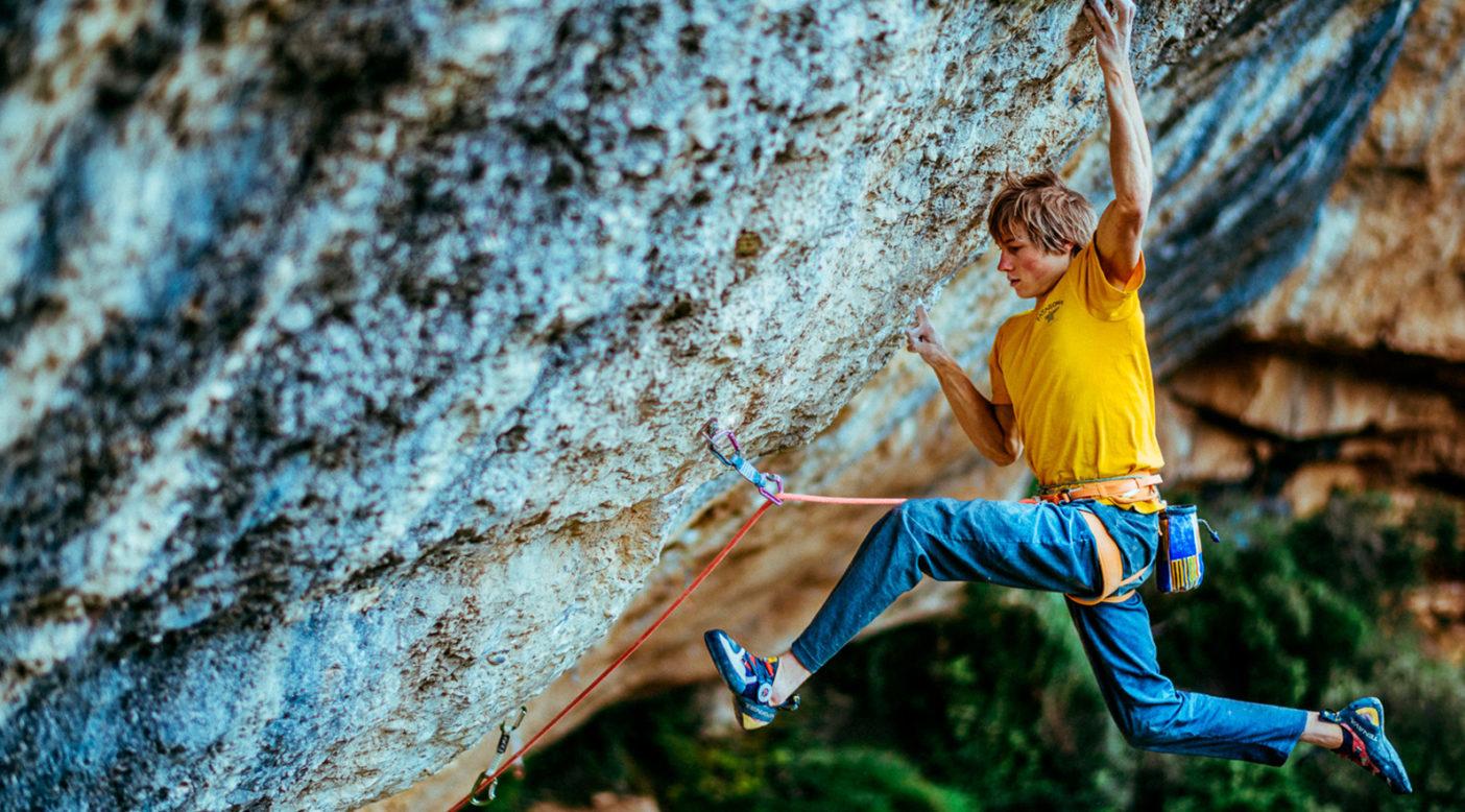 Alex logra quedarse en el icónico movimiento del crux—un punto muerto ente un mono-dedo y una regleta terrible—durante el primer ascenso de Perfecto Mundo, una de las rutas más difíciles del mundo. Foto: Ken Etzel